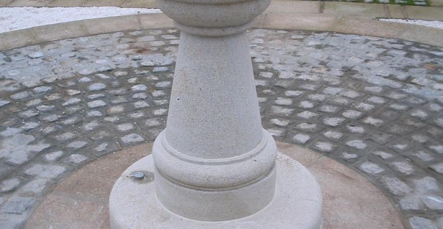 Fuente exterior de forma redondeada.