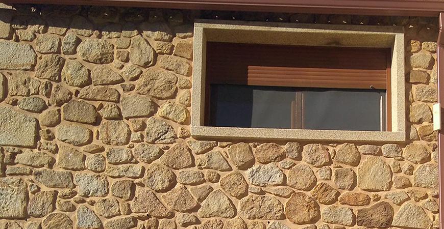Recercados de ventanas y puerta en vivienda restaurada